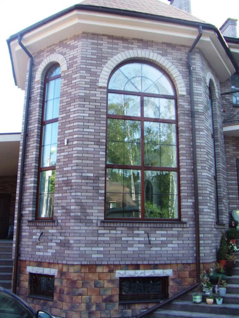 Деревянное арочное окно с горбыльком