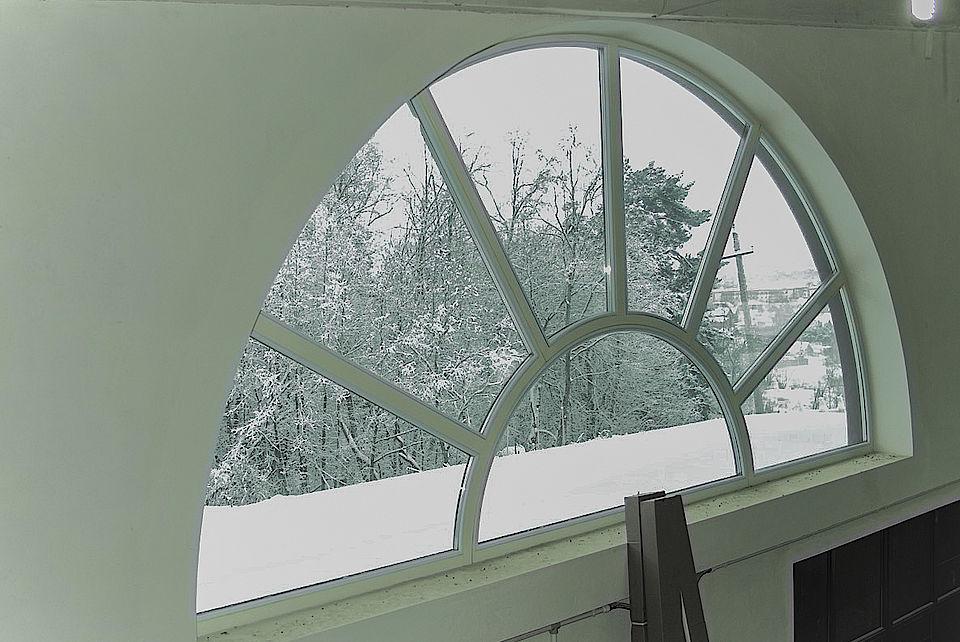 Арочное деревянное окно белое