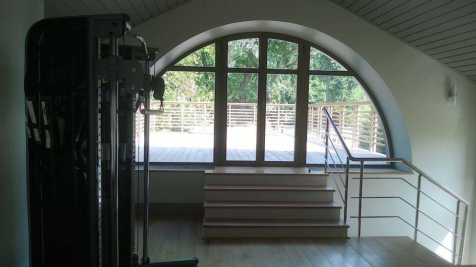 Деревянные арка и дверь